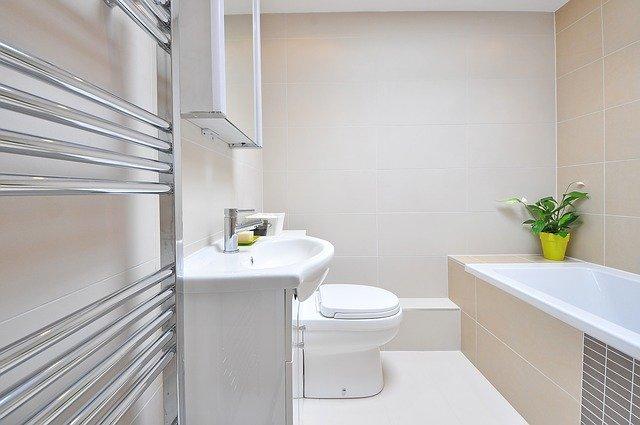 Bezpieczna łazienka dla seniora – czyli jaka?